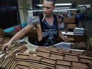 Der für seine Zigarren bekannte Inselstaat Kuba erwartet weniger Touristen aufgrund der US-Sanktionen: ein Arbeiter in einer Zigarrenfabrik (Archivbild). (Bild: KEYSTONE/EPA EFE/ALEJANDRO ERNESTO)