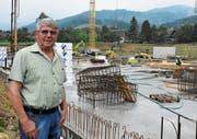 Firmengründer Josef Hasler investiert auf dem Betriebsareal in die Zukunft. Bis Ende 2020 soll die neue, 100 mal 40 Meter grosse Produktionshalle bezugsbereit sein. (Bild: Kurt Latzer)