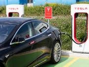 Inzwischen fahren über 10'000 Teslas auf Schweizer Strassen herum: eine Limousine des US-Autobauers an einer Ladestation in Dietlikon (ZH) - (Archivbild). (Bild: KEYSTONE/GAETAN BALLY)