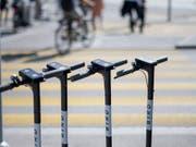 Elektro-Trottinetts in Reih und Glied wie hier in Zürich sind in Tel Aviv ein seltenes Bild. Die Behörden haben seit Anfang Jahr 13'000 Bussen ausgestellt und 1000 chaotisch abgestellte E-Trottis beschlagnahmt. (Bild: KEYSTONE/CHRISTIAN BEUTLER)