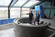 Bauherrenvertreter Thomas Dittrich (rechts) und Alain Grossenbacher, CEO und Verwaltungsratspräsident von Eberli Sarnen AG in einem künftigen Whirlpool im Spa- und Wellnessbereich im Dachgeschoss.