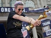 Teamleaderin Megan Rapinoe mit der WM-Trophäe bei der Triumph-Parade der US-Fussballerinnen in New York (Bild: KEYSTONE/AP/SETH WENIG)