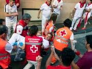 Die Stierhatz im nordspanischen Pamplona hat am Freitag fünf zum Teil Schwerverletzte gefordert. (Bild: KEYSTONE/EPA/JIM HOLLANDER)