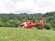 Schwer verletzt ins Spital geflogen: Ein 30-Jähriger ist mit seinem Gleitschirm im Kanton Zug abgestürzt. (Bild: Zuger Polizei)