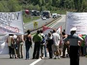 Bereits 2005 blockierten Demonstranten die Tauernautobahn, um gegen den wachsenden Transitverkehr zu protestieren. (Bild: Keystone/AP/KERSTIN JOENSSON)