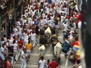 Das zweitletzte Stiertreiben in Pamplona war das bisher Schnellste, weil gleich die Stiere die Führung übernahmen. Erneut wurden fünf Personen verletzt. (Bild: Keystone/EPA/JAVIER LIZON)