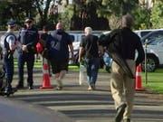Männer in Christchurch bringen ihre bald illegalen Waffen zur Zerstörung und lassen sich dafür entschädigen. (Bild: KEYSTONE/AP TVNZ)