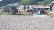 Dieser Holzhaufen hat das Gewitter in Wil nicht heillos überstanden. (Bild: Leserreporter)