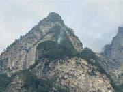 Feuer und Rauch: Nach einem Blitzeinschlag brennt im Misox ein Waldstück. (Bild: Kapo Graubünden)