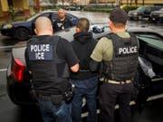 Beamte der US-Polizeibehörde ICE nehmen in Los Angeles im Februar 2017 einen Ausländer fest. (Bild: KEYSTONE/AP U.S. Immigration and Customs Enforcement/CHARLES REE)