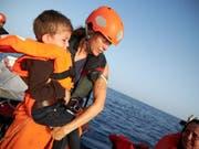 Sea-Eye-Mitarbeiter haben mit dem Rettungsschiff Alan Kurdi auf ihrer letzten Mission 44 Flüchtlinge gerettet. (Bild: Keystone/EPA SEA-EYE/FABIAN HEINZ / SEA-EYE HANDOUT)