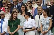 Kate, Herzogin von Cambridge, Meghan, Herzogin von Sussex und die Schwester von Kate, Pippa Matthews, von links nach rechts, am Match von Halep und Williams. (Bild: AP Photo/Ben Curtis)