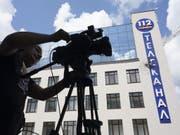 Das Gebäude des ukrainischen Fernsehsenders 112 TV Channel in Kiew nach dem Beschuss. (Bild: Keystone/AP/EVGENIY MALOLETKA)