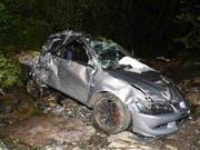 Tödlicher Unfall in Innerthal SZ: Das Auto kam stark beschädigt in einem Bach zum Stillstand. (Bild: Kantonspolizei Schwyz)