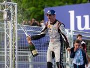 Hat allen Grund zum Feiern: Sébastien Buemi gewann in New York erstmals seit über zwei Jahren wieder ein Formel-E-Rennen (Bild: KEYSTONE/PETER KLAUNZER)