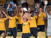 YBs neuer Captain Fabian Lustenberger stemmt den Uhrencup-Pokal (Bild: KEYSTONE/DANIEL TEUSCHER)