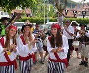Piratinnen klatschen zu den Klängen der Guggenmusik. (Bild: Margrith Pfister-Kübler)