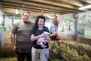 Im Schweinestall von Vater Kaspar Hofer (rechts, mit dem Erni-Bild) und Sohn Balthasar: Doris Erni, die Witwe von Hans Erni, versteigert ein Bild des berühmten Luzerner Kunstmalers. (Bild: Manuela Jans-Koch, Meggen, 7. Juli 2019)