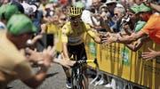 Der französische Tour-de-France-Leader Julian Alaphilippe wird bei der Zielankunft in Brioude von seinen Landsleuten besonders gefeiert.Bild: Yoan Valat/EPA (14. Juli 2019)