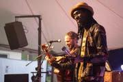 Elijah Salomon (links) lud gleich zwei Gastmusiker aus dem Senegal ein. (Bilder: Sascha Erni)
