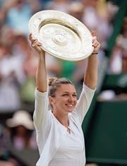Simona Halep präsentiert die Siegerschale von Wimbledon.Bild: Will Oliver/EPA (London, 13. Juli 2019)