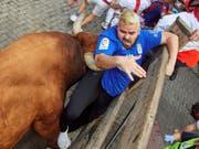 Beim siebten und letzten Stierrennen in Pamplona wurden am Sonntag erneut drei Läufer von Stieren aufgespiesst. (Bild: Keystone/EPA EFE/DANIEL FERNANDEZ)