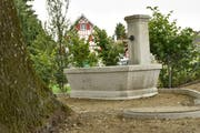 Der Brunnen steht seit ein paar Tagen wieder an seinem alten Platz. (Bild: Markus Schoch)