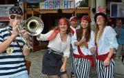 Piraten und Piratinnen stimmen musikalisch und optisch auf die Sommerfasnacht ein. Bild: Margrith Pfister-Kübler