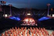 Tausende Laiendarsteller nehmen an der Fête des Vignerons teil. Die Freiluftarena in Vevey bietet Platz für 20'000 Zuschauer. (Bild: epa/Keystone)