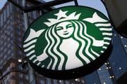 Starbucks verkauft in seinen Filialen in den USA Zeitungen. Bald ist es damit aber vorbei. (Bild: AP)