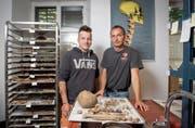 Grabungstechniker Marco Fahrni (links) und Archäologe Thomas Stehrenberger mit den Funden von St.Mangen. (Bild: Urs Bucher)