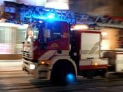 Die Feuerwehr der Stadt Zürich rückte zum Wohnhausbrand an der Bäckerstrasse mit einem Grossaufgebot aus. (Bild: KEYSTONE/MARTIAL TREZZINI)