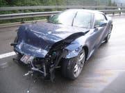 Das Unfallauto fuhr in die Mittelleitplanke. (Bild: Urner Polizei)
