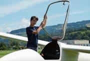 In ein paar Jahren darf Marco Egloff vielleicht mit dem Einsitzer durch die Luft segeln. Zunächst wird er von einem erfahrenen Fluglehrer begleitet.Bild: Monika von der Linden