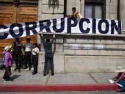 Viel aus der Korruption in Lateinamerika stammendes Geld wird in der Schweiz gewaschen: Protest gegen korrupte Machenschaften vor dem Kongressgebäude in Guatemala Stadt. (Bild: KEYSTONE/AP/MOISES CASTILLO)