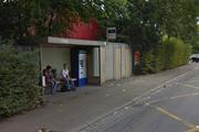 Bei diesem WC bei der Bushaltestelle V-Zug auf der Industriestrasse in Zug wurde eine Person tot aufgefunden. (Bild: Google Maps)