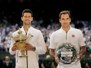 Roger Federer (rechts) und der Sieger Novak Djokovic lieferten sich einen epischen Wimbledon-Final (Bild: KEYSTONE/AP/TIM IRELAND)