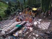 Nach dem Einsturz eines vierstöckigen Gebäudes im indischen Bundesstaat Himachal Pradesh suchen Rettungskräfte nach Verschütteten. Zwölf Menschen konnten bisher nur tot geborgen werden. (Bild: KEYSTONE/AP)