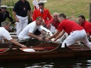 Königliche Schwanenmarkierer: Die Schwanenzähler der britischen Königin sind wieder fünf Tage lang auf der Themse in Grossbritannien unterwegs. (Bild: KEYSTONE/AP PA/JONATHAN BRADY)
