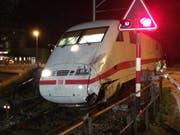 Der beim Zusammenstoss mit einem Reisebus im Mai 2016 beschädigte ICE-Zug. (Bild: KEYSTONE/KANTONSPOLIZEI BE/HANDOUT)