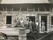 Das Mahler-Team mit Chef Mathäus Mahler (rechts) auf einer Baustelle in den 1940-er Jahren.
