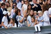 2017 durfte Roger Federer vor seinen vier Kindern den Wimbledon-Pokal in Empfang nehmen. «Das ist für uns als Familie», sagte er damals. (Bild: Keystone)
