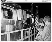 US-Astronaut Neil Armstrong spricht aus der Quarantäne-Box zu seiner Frau Jane und den Kindern Rick und Mark. (Bild: Nasa/Getty)