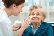 Allein in der Alterspflege befürchtet der Verband Santésuisse bis 2030 einen Kostenschub von fünf Milliarden. (Bild: Getty Images)