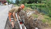 Polier Niklaas Nigg ist mit zwei Mitarbeitern bis Ende Oktober am Binnenkanal in Rüthi an der Arbeit.