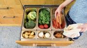 Mit der neuartigen Vakuumschublade sollen etwa frisches Obst und Gemüse rund dreimal länger halten. Bild: PD/Novaris