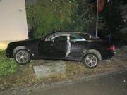 Blechschaden an Mutters Auto: 16-Jähriger verlor auf seiner Strolchenfahrt in Staufen AG die Kontrolle über das Auto und prallte in einen Stein. (Bild: Handout Kantonspolizei Aargau)