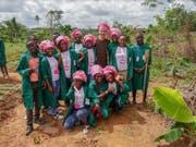 Schülerinnen und Schüler mit Matthias Bachmann. (Bilder: PD)