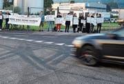 Demonstranten vor dem Schlachthof in Gossau. Bild: Johannes Wey