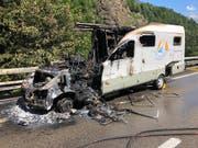 Ein Wohnmobil brennt auf der A2 bei Gurtnellen komplett aus. (Bild: Kantonspolizei Uri)
